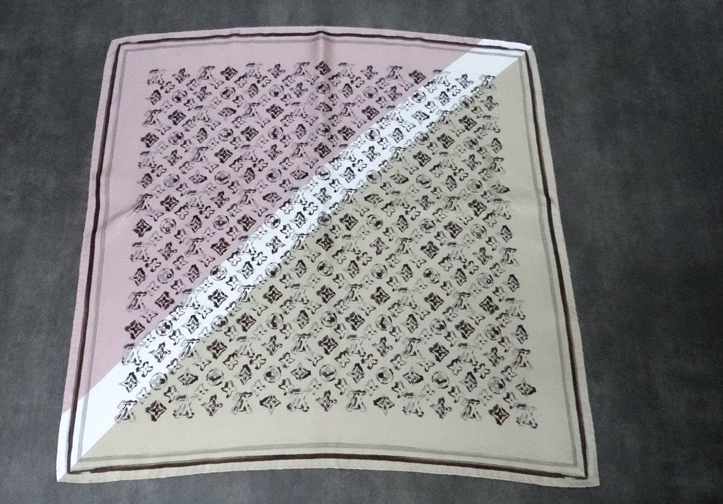pas cher nouvelles photos en présentant Carré de soie Neuf Louis Vuitton
